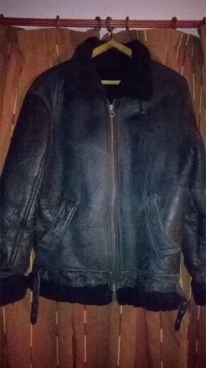 Campera de cuero negra con corderito