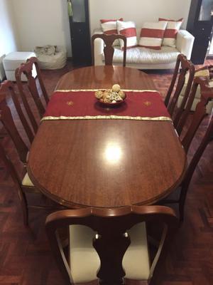 Mesa de madera lustrada con 6 sillas
