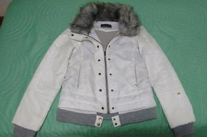 Campera de abrigo de mujer marca Mohs. Color blanca.