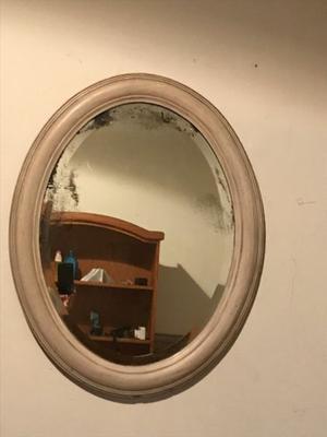 Espejo oval con marco de madera trabajado con espejo