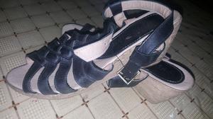 Sandalias con taco chino.