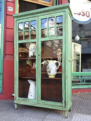 vitrina de roble con vidrios repartidos y estantes regulable