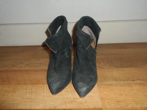 Botinetas casi sin uso, taco stiletto, gamuza negra.