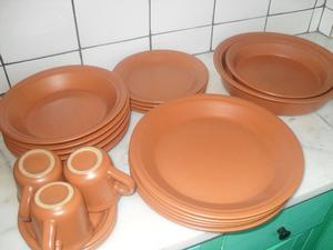 Juego de platos en cerámica color ocre