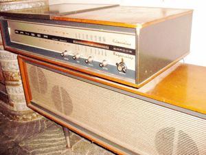 Tocadiscos y radio AM antiguo RANSER valvular.