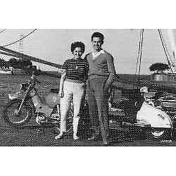 antigua foto postal paseando con la moto por el puerto