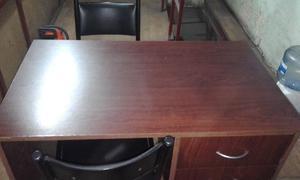 Escritorio de melamina con 2 cajones y 2 sillas de