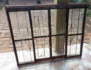 Vendo Ventana de hierro con rejas y vidrios