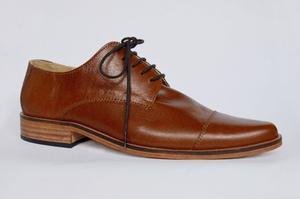 Zapato de vestir en Cuero suela, forrado en cuero.