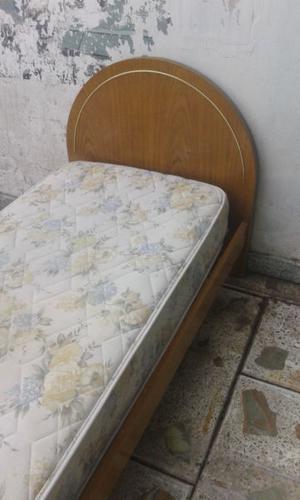 camas de una plaza con colchones de resorte.