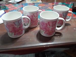 4 jarros de café con leche con bellas flores color pastel