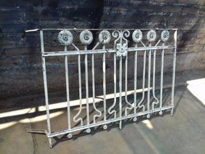 Antigua baranda de balcón en hierro forjado