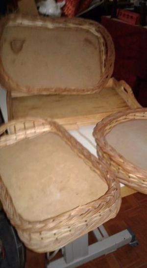 Bandejas de madera y mimbre