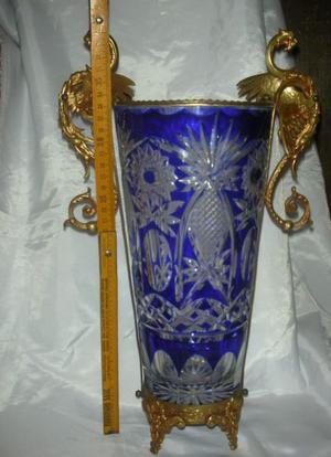 Importante Florero cristal tallado azul con asas de bronce.