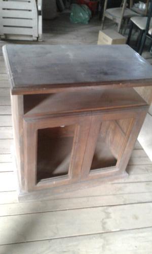 Mesa de pino con puertas.