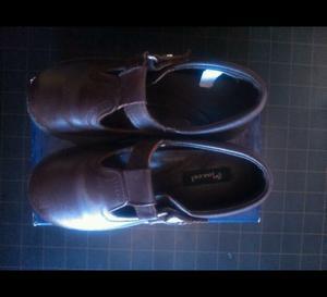Zapatos N 31 color marrón con abrojo.