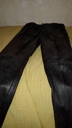 bello pantalón de cuero color negro, talle 2