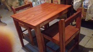 Mesa con dos sillas de madera para niño