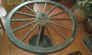 mesa hecha con rueda de carreta