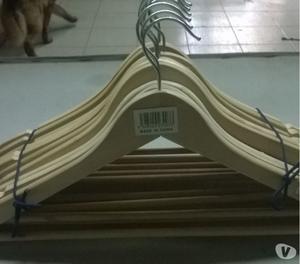 vendo perchas de madera usadas en buen estado
