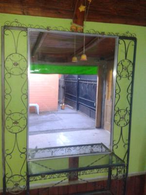 Mueble de hierro con espejo y estantes de vidrio..