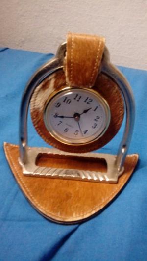 Reloj de mesa con piel de caballo