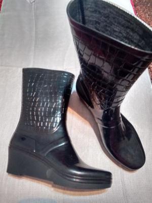 Botas de Lluvia Negras, media caña, taco chino Nº 39