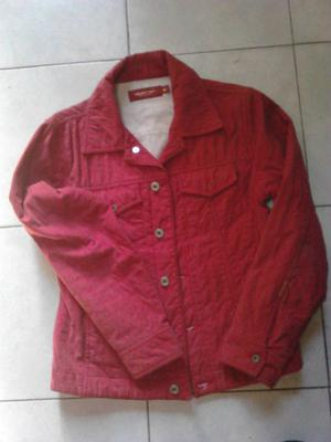 "VENDO CAMPERA DE TELA COLOR COLORADA, CON ABRIGO ""SOLIDO"