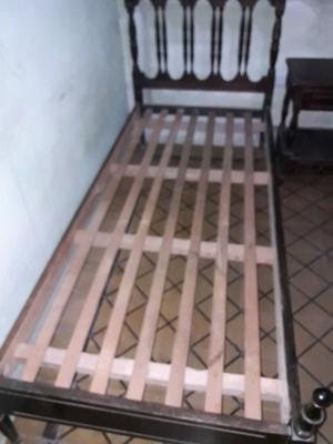 Cama de 1 plaza y mesa de luz de algarrobo. buen estado