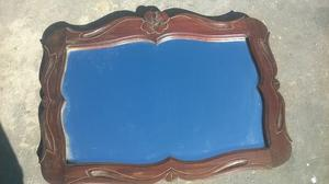Espejo con marco de madera.
