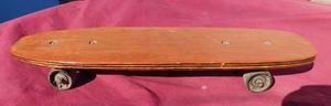 Patineta retro de madera en buen estado.