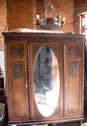Ropero Antiguo estilo español con espejo