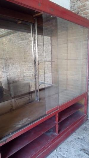 Vitrina de madera con espejos y vidrios corredizos. Especial