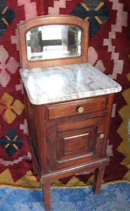 mesa de luz con alzada de espejo biselado y tapa mármol