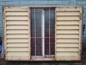 Vendo ventana de chapa reforzada con vidrios y rejas