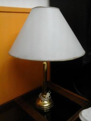 VENDO HERMOSA LAMPARA DORADA DE PIE. NALO.