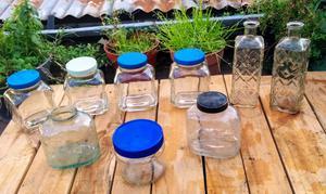 9 frascos de vidrio antiguos y un botellón