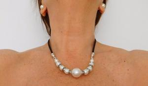Collar de perlas blancas con cordón de cuero negro