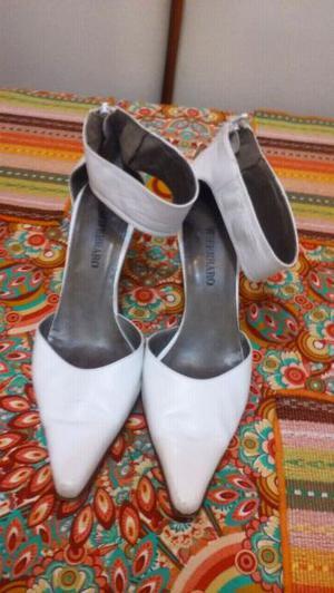 Stilettos color blanco con pulsera y cierre en el talon