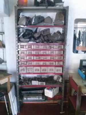 estanterias de metal con cajones, estantes con divisores,