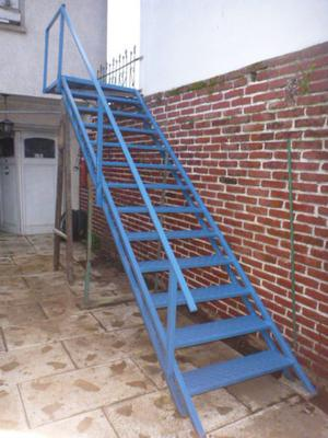 Expectacular escalera con descanso barandas y posot class for Escalera de metal con descanso