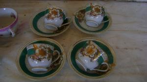 4 tazas con platitos de cafe