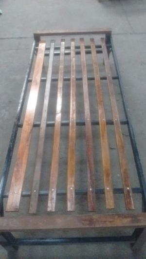 Cama de madera barnizada 1p