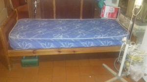 Cama de pino de una plaza con colchón
