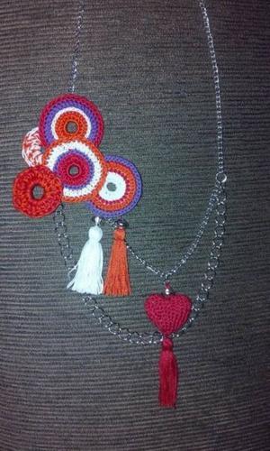 Collar de diseño tejido en crochet con detalles en metal