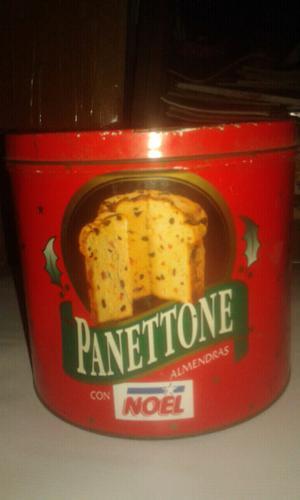 Pizarrón Patoruzito y una lata de galletas Panettone.