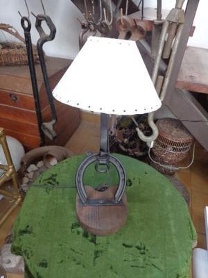 Lámpara de mesa o velador estilo campo. Antigua Saudade