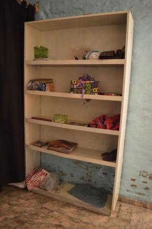 estanteria blanca de madera en buen estado
