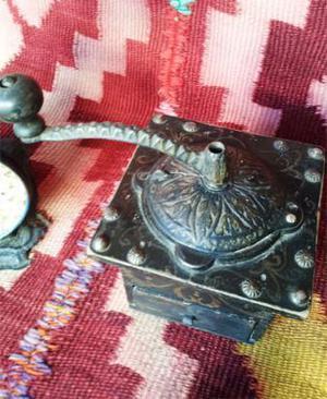 molinillo de café en madera y hierro labrado