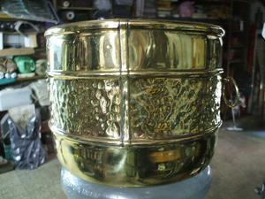 porta macetas o similar de bronce repujado